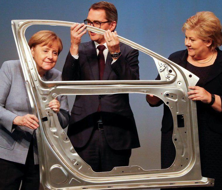 La canciller alemana Angela Merkel, el presidente y director ejecutivo de la empresa noruega de aluminios Hydra, Svein Richard Brandtzaeg, y la primera ministra noruega Erna Solberg posan para una fotografía durante la inauguración oficial de una línea de producción de la compañía en Grevenbroich, Alemania, el 4 de mayo. WOLFGANG RATTAY / REUTERS