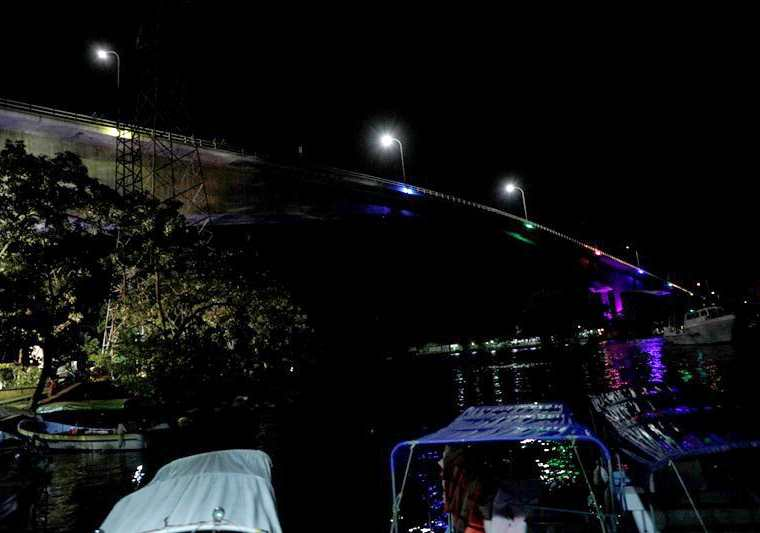Un 50 por ciento del puente fue iluminado por estudiantes universitarios. (Foto Prensa Libre: Dony Stewart)