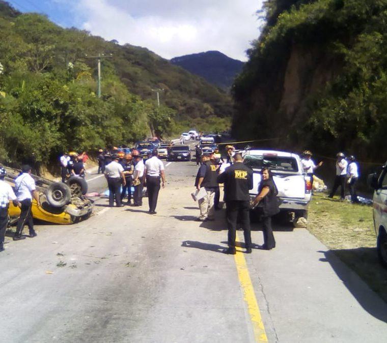 La mañana del 22 de noviembre pasado dos picop colisionaron en la bajadas de Las Cañas, ruta a Antigua Guatemala, Sacatepéquez. (Foto Prensa Libre: Julio Sicán)
