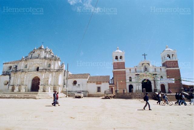 Plaza colonial de San Juan Comalapa con el templo original y el reciente. (Foto: Hemeroteca PL)