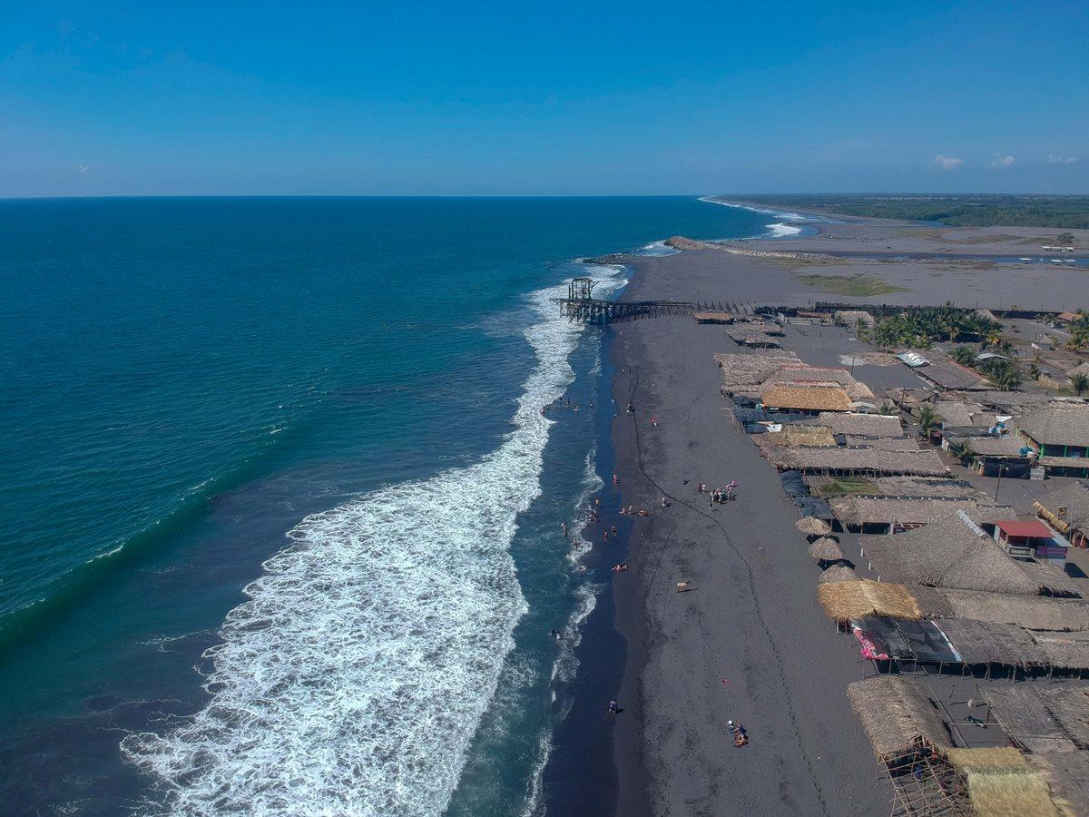 La playa de Champerico se encuentra a 36 kilómetros de la cabecera de Retalhuleu. (Foto Prensa Libre: Rolando Miranda).