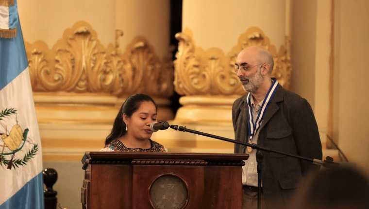 Claudia Macz, de Na'leb'ak, junto a Eduardo Halfon, en la ceremonia de entrega del Premio Nacional de Literatura (Foto Prensa Libre: J. Ochoa).