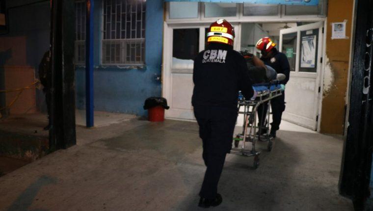 Una de las víctimas murió a su ingreso al Hospital Roosevelt. (Foto Prensa Libre: Bomberos Municipales)