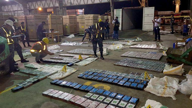 Autoridades inspeccionan en la bodega 9 de la Empresa Portuaria Santo Tomas de Castilla, Puerto Barrios, Izabal, los paquetes con droga incautados. (Foto Prensa Libre: Dony Stewart)