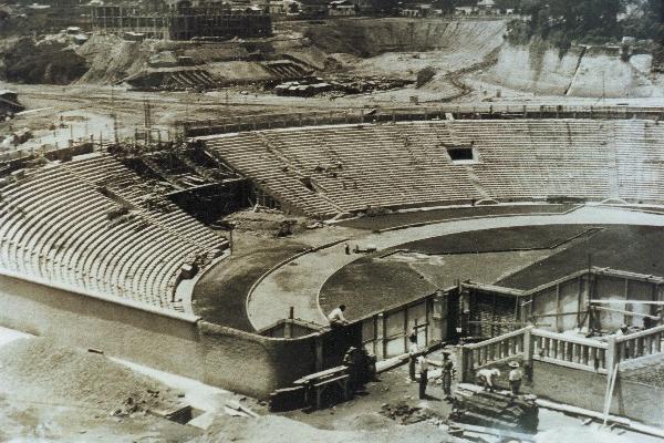 """Así lucía la construcción del estadio nacional Mateo Flores en 1950. (Foto Prensa Libre: cortesía CDAG)<br _mce_bogus=""""1""""/>"""