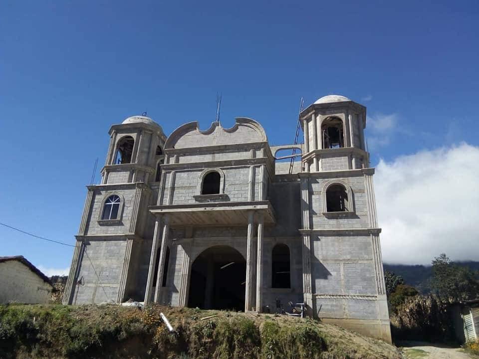 La iglesia de Barraneché, Totonicapán, lleva siete años en construcción y se sigue recaudando fondos para finalizar la obra. (Foto Prensa Libre: Raúl Juárez)