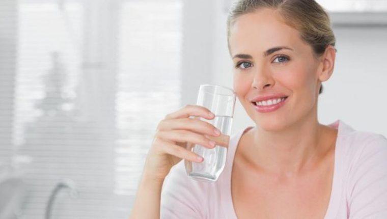 Es importante mantener el mismo nivel de consumo de agua cuando estamos sanos que cuando estamos enfermos. (THINKSTOCK)
