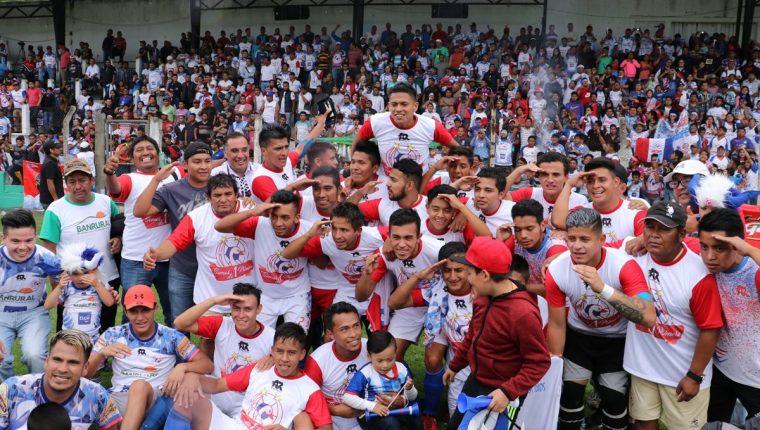 Los chimaltecos celebraron en el estadio Pensativo su regreso a la Primera División, después de siete años de ausencia (Foto Prensa Libre: Víctor Chamalé)
