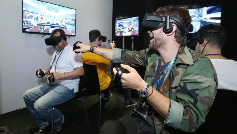 Los dispositivos para disfrutar de la realidad virtual son uno de los atractivos en la feria E3, que concluye este jueves en Los Ángeles. (Foto Prensa Libre: AP).