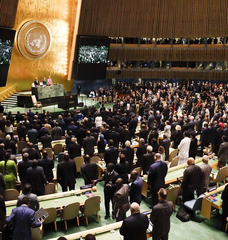 Jefes de Estado y de Gobierno guardan un minuto de silencio en recuerdo del fallecido jefe de la ONU Kofi Annan. (Foto Prensa Libre: EFE)