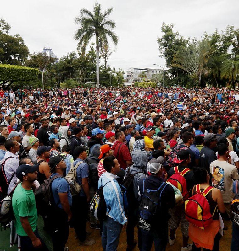 Migrantes hondureños se organizan para cruzar a México hoy, viernes 19 de octubre, en Escuintla, Guatemala. (Foto Prensa Libre: EFE)
