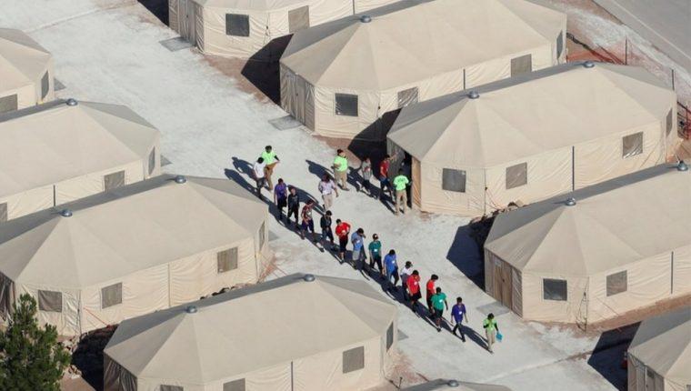 El campamento de tiendas de campaña de Tornillo, en Texas, alberga a cientos de niños separados de sus padres indocumentados. (Foto Prensa Libre: BBC Mundo).