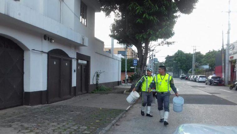 Agentes de la PMT retiran obstáculos colocados por cuidadores de carros en varios sectores de la capital. (Foto Prensa Libre: Cortesía PMT)