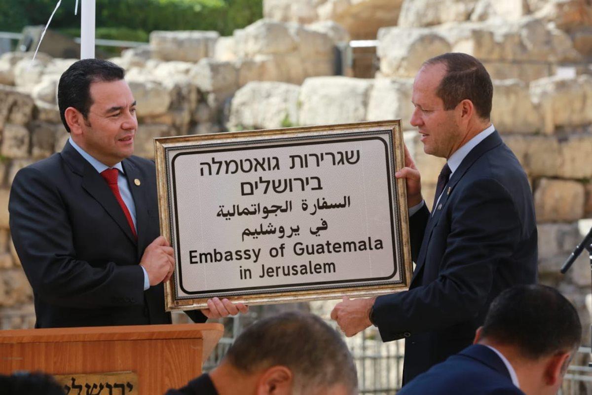 Alcalde de Jerusalén, Nir Barkat, entrega a Jimmy Morales una placa para la nueva embajada