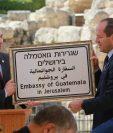 El alcalde de Israel entregó al presidente Jimmy Morales, una placa para la embajada de Guatemala. (Foto Prensa Libre: Cancillería de Israel)