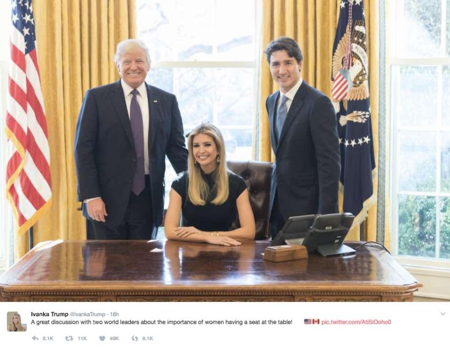 Ivanka Trump publicó en internet una foto de sí misma sentada detrás del escritorio en la Oficina Oval.