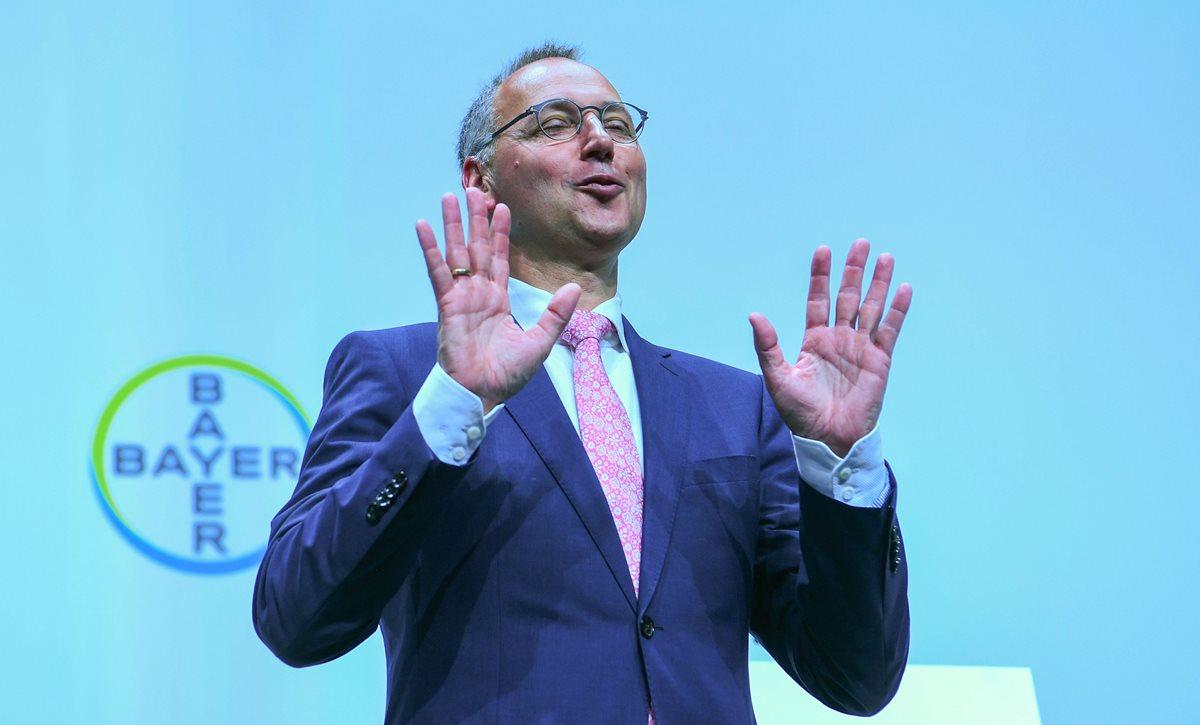 Werner Baumann, presidente del gigante farmacéutico y químico alemán Bayer, hace gestos durante la reunión general anual de la compañía en Bonn, Alemania occidental. (Foto Prensa Libre: AFP)