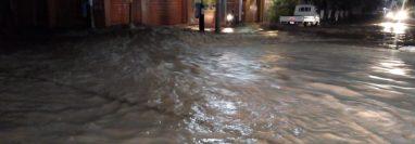 Las calles del centro de Guastatoya, El Progreso, fueron inundadas la noche del sábado último, debido al colapso del sistema de drenajes. (Foto Prensa Libre: Cortesía Conred)