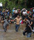 Indocumentados cruzan el río Suchiate, frontera entre México y Guatemala. (Foto Prensa Libre: EFE)