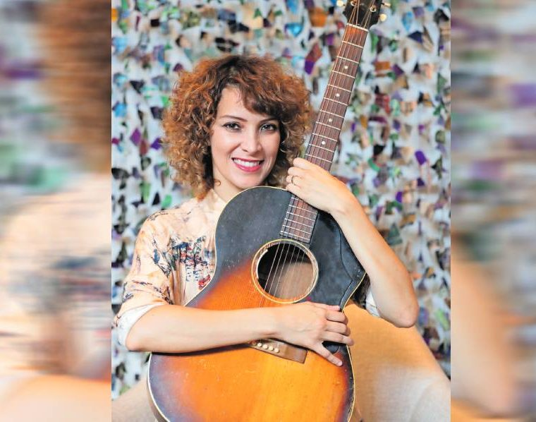 La guitarra es uno de los instrumentos preferidos de Gaby Moreno. (Foto Prensa Libre: Keneth Cruz)
