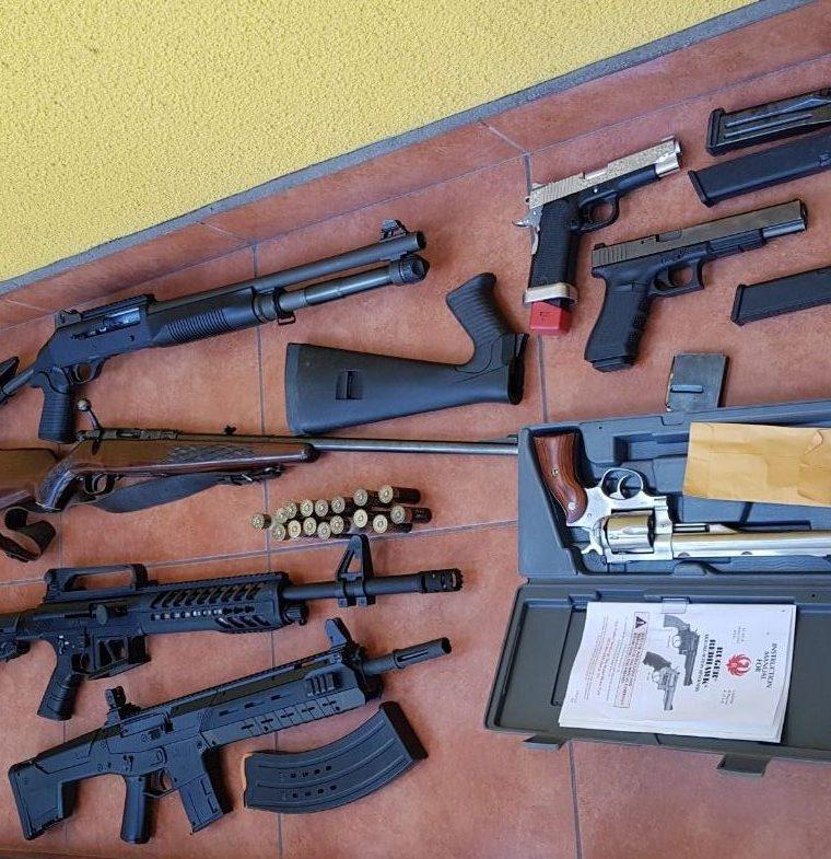Entre las armas decomisadas hay seis pistolas nueve milímetros y dos rifles. (Foto Prensa Libre: Cortesía PNC)