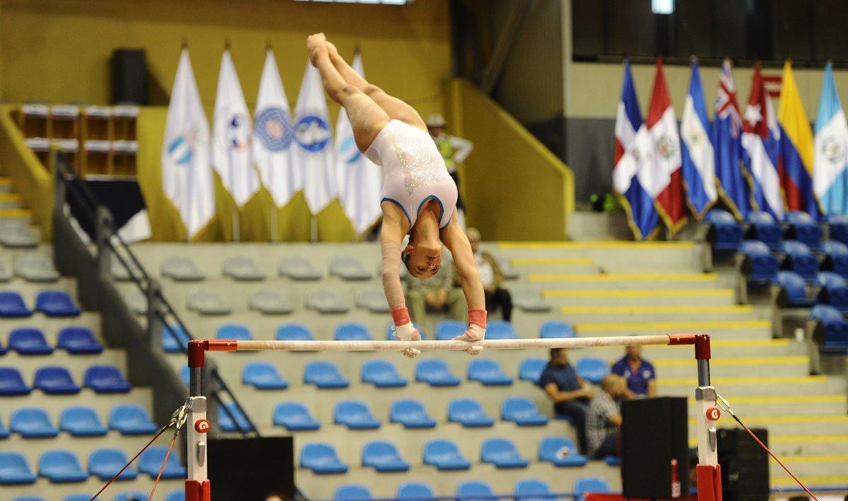 Las barras asimétricas son dominadas por Marcela Bonifasi, durante una sesión de entrenamientos.