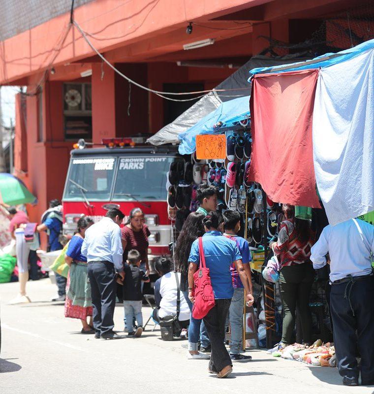 El desorden por las ventas, ubicadas alrededor del parque de Mixco, causa congestionamientos. (Foto Prensa Libre: Óscar Rivas)