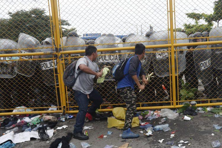 El forcejeo con las autoridades guatemaltecas duró pocos minutos.