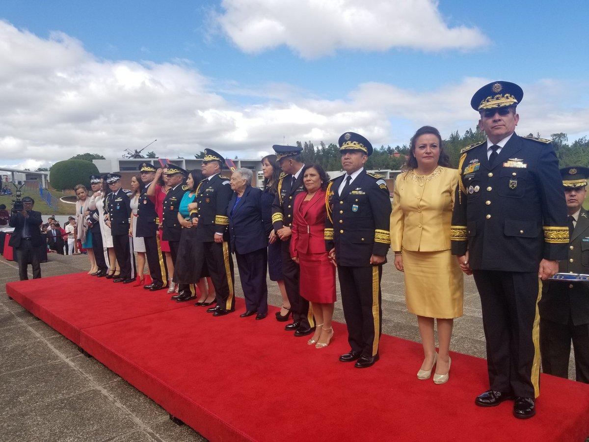 Imposición de insignias a los generales de Brigada recién graduados. (Foto Prensa Libre: Presidencia)