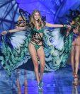 La modelo Gigi Hadid muestra una de las creaciones de Victoria´s Secret. (Foto Prensa Libre: AP).