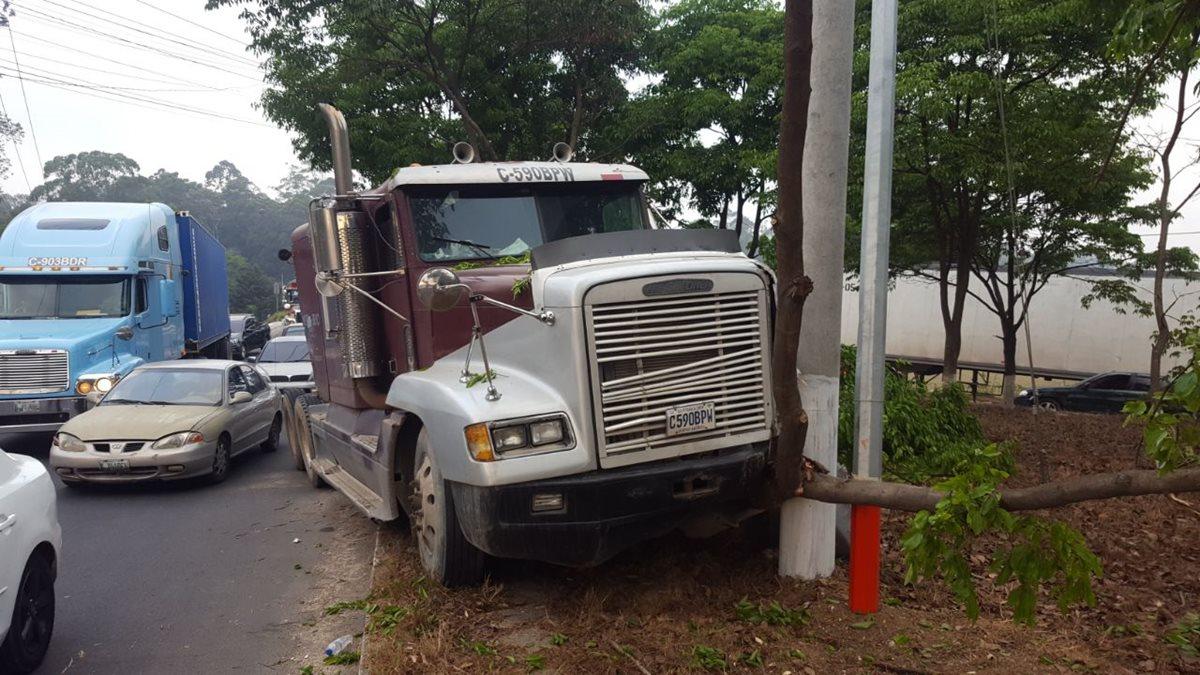 En el cruce a Bárcenas, Villa Nueva, -km 21- , un tráiler chocó contra un árbol y el piloto huyó. (Foto Prensa Libre: Cortesía PMT Villa Nueva)