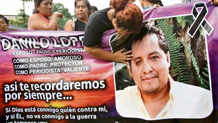 La esposa de Danilo López llora sobre una manta en la que se plasmó la personalidad del periodista.