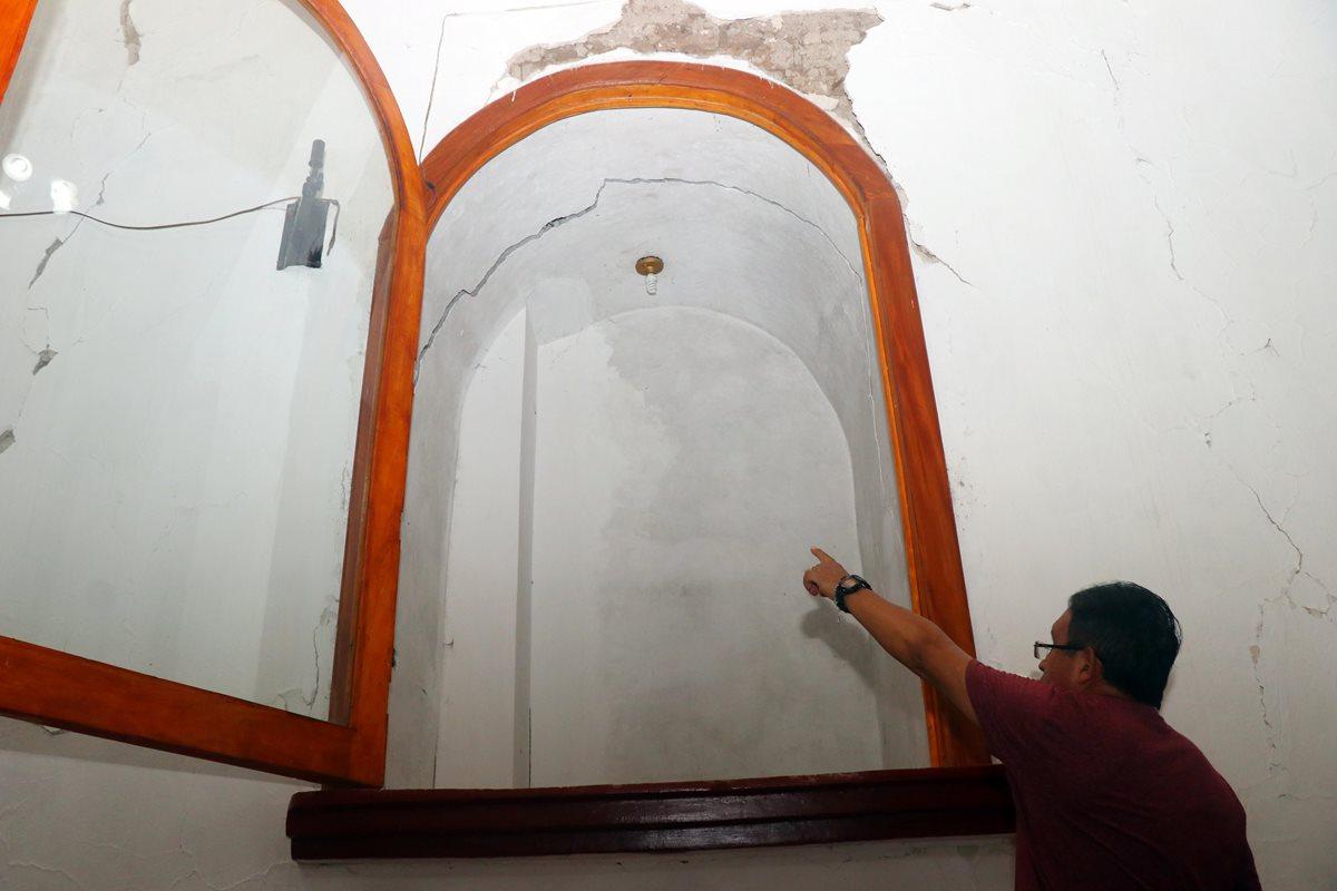 El párroco Jorge Cayax muestra la grieta que se formó a causa de los sismos en la parroquia de San Sebastián. (Foto Prensa Libre: Rolando Miranda)