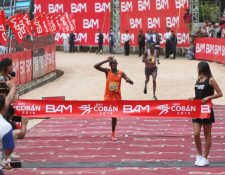 Daniel Muteti se encamina para ingresar a la meta del Medio Maratón de Cobán en el estadio Verapaz. (Foto Prensa Libre: Cortesía de BAM)