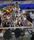 Los jugadores del Real Madrid, mostraron su duodécima Copa de Europa a sus aficionados en el estadio Santiago Bernábeu. (Foto Prensa Libre: AP)