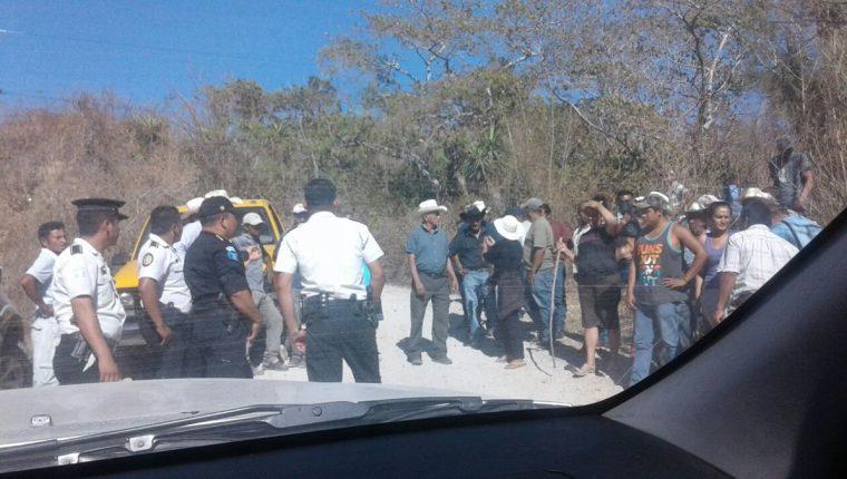Un grupo de opositores a la minera impidió que el vehículo de los ejecutivos continuara la marcha y le pinchó las llantas. (Foto propocionada por Minera San Rafael)