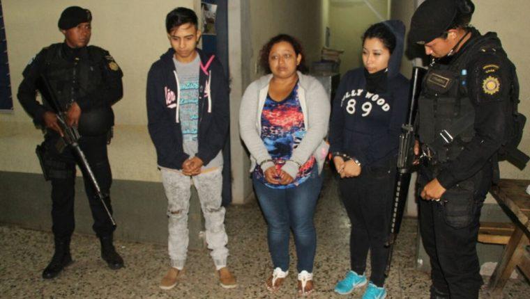 Capturan a tres supuestos integrantes de una red que prostituía a menores en bares, cantinas y fiestas. (Foto Prensa Libre: PNC)