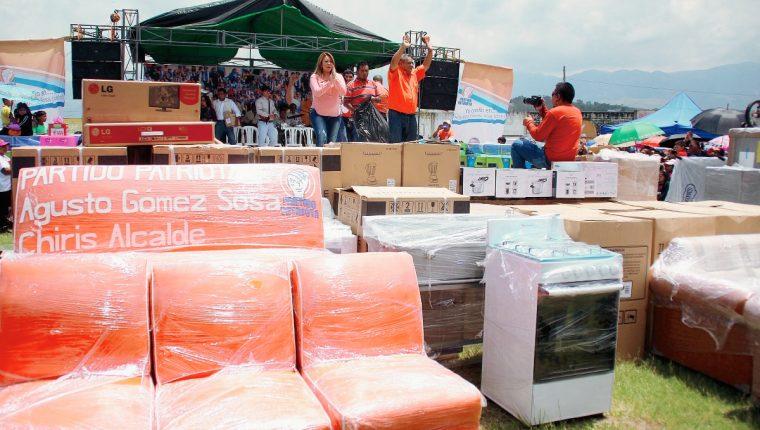 Augusto Gómez, alcalde de Huehuetenango, regaló Q125 mil en electrodomésticos durante su lanzamiento de campaña para la reelección. (Foto Prensa Libre: Mike Castillo)