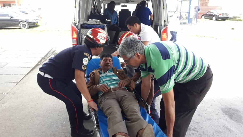 Uno de los concejales de Patzicía, al momento de ser ingresado en el Hospital Nacional de Chimaltenango. (Foto Prensa Libre: Cortesía Víctor Chamalé)