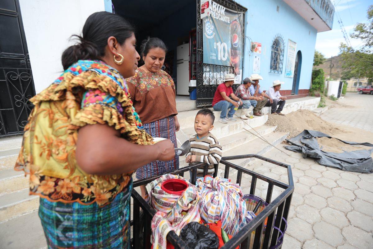 Brenda Jerónimo trabaja vendiendo atoles y tamales en el centro urbano de Cubulco. (Foto Prensa Libre: Erick Ávila)