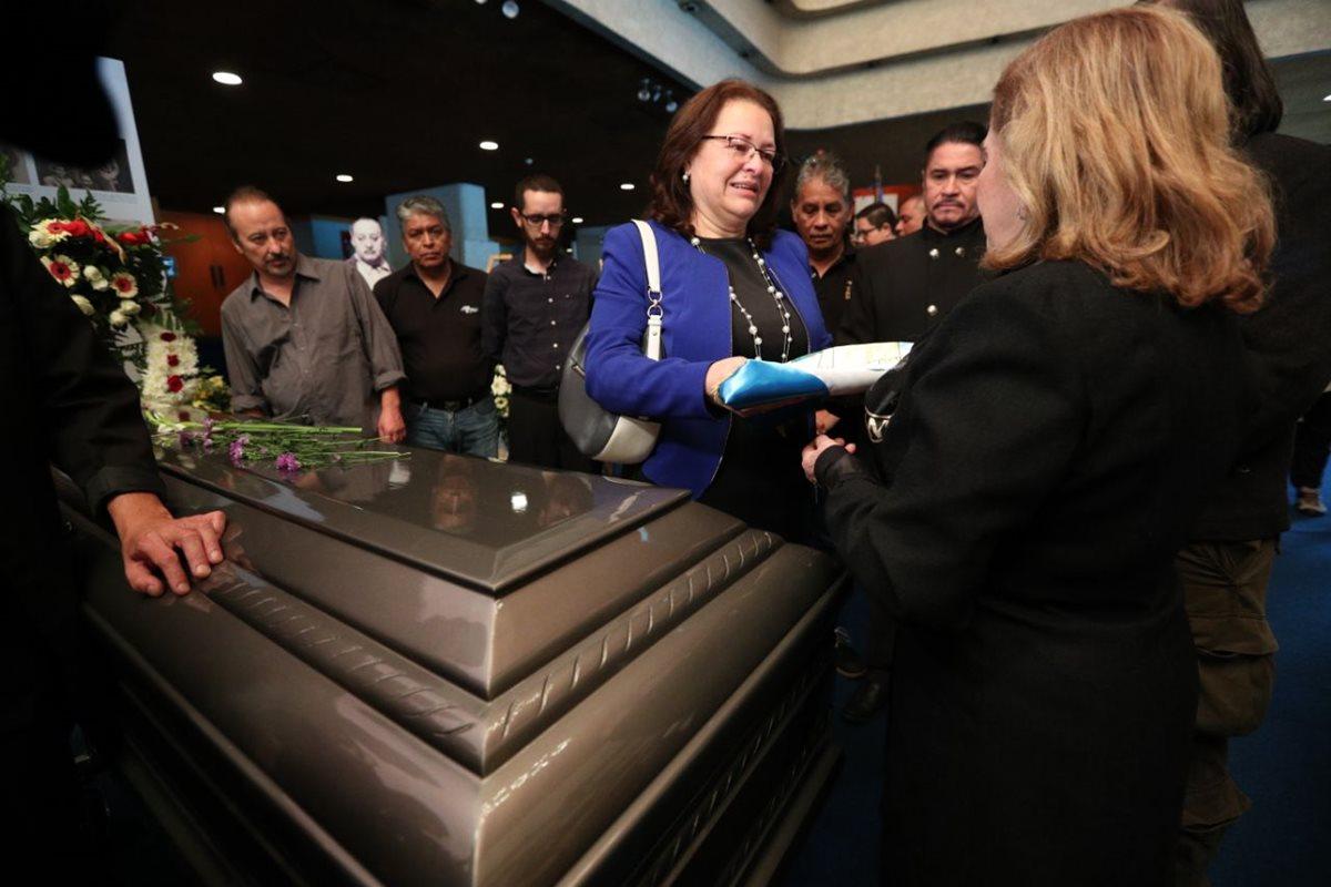 Una bandera de Guatemala fue obsequiada a la familia de Galich, como un homenaje a la trayectoria del artista.