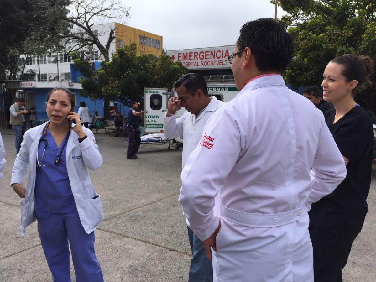 Los médicos residentes se reunieron en el Hospital Roosevelt para manifestar su inconformidad. (Foto Prensa Libre: Cortesía)