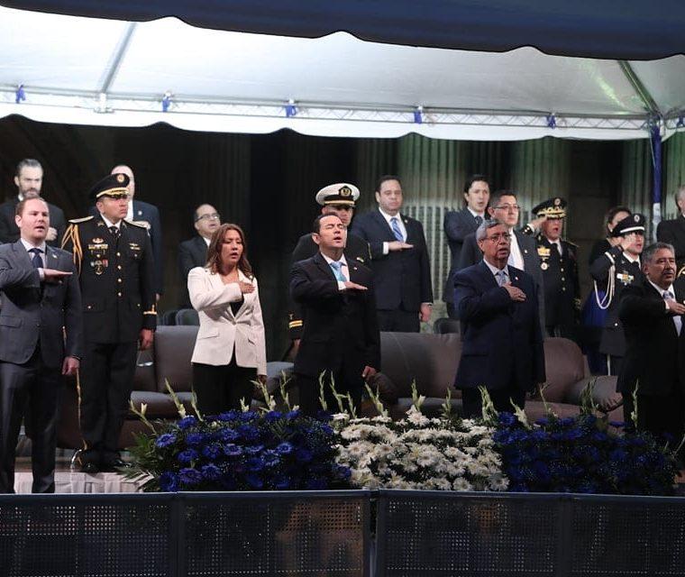 Junto al presidente Jimmy Morales estaba el presidente del Congreso, Álvaro Arzú -izquierda- y el presidente del OJ, José Antonio Pineda Barales. (Foto Prensa Libre: Juan Diego González)