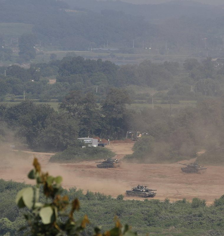Varios tanques surcoreanos participan en las maniobras militares en Mugeon-ri cerca de una zona desmilitarizada.(EFE).