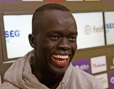Awer Mabil es un futbolista de élite que sueña con hacer felices a los refugiados. (Foto Prensa Libre: EFE)