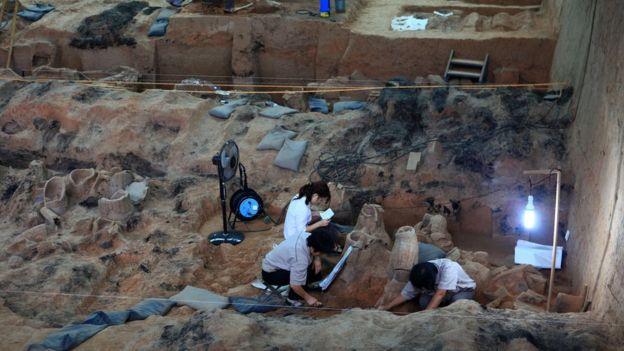 Las excavaciones continúan en el lugar donde fueron enterradas las figuras. AFP