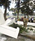 Avioneta cae en un parqueo de la zona 9. (Foto Prensa Libre: Carlos Hernández)