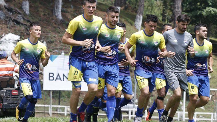 Los jugadores de Cobán Imperial durante su entrenamiento, previo a enfrentar a Guastatoya. (Foto Prensa Libre: Eduardo Sam Chun)