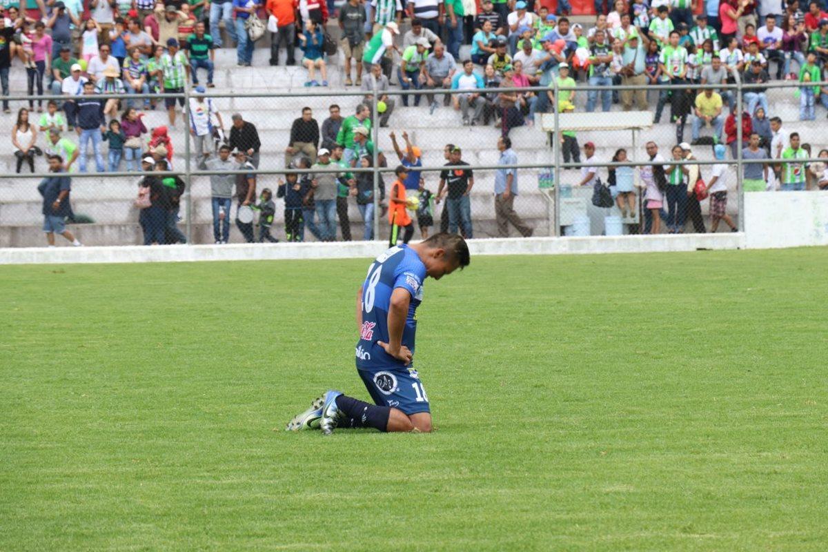Wilson Morales se arrodilla al final del partido.