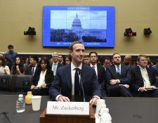 El fundador y director de Facebook, Mark Zuckerberg, testifica durante una audiencia en el Senado. (Foto Prensa Libre:AFP).